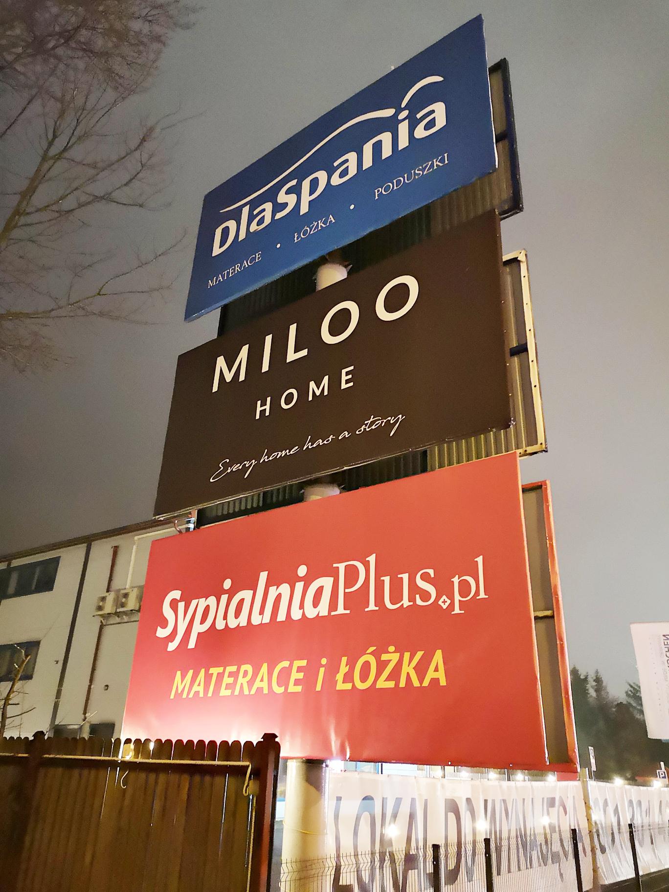 Baner naciągnięty na billboard